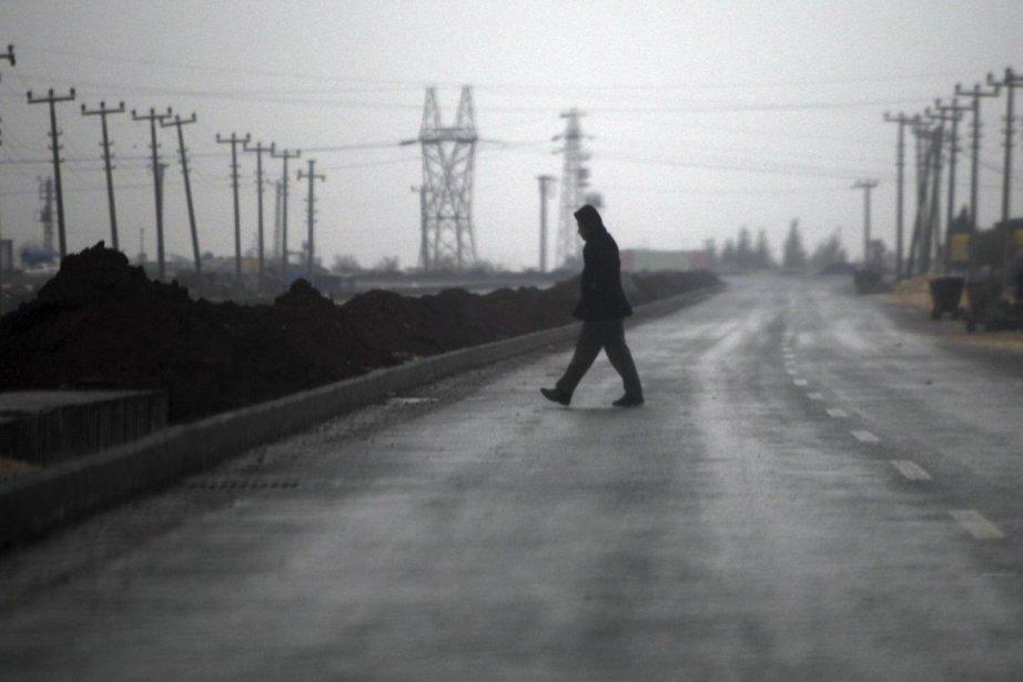 Un civil marche le long de la frontière... (Photo : archives Reuters)
