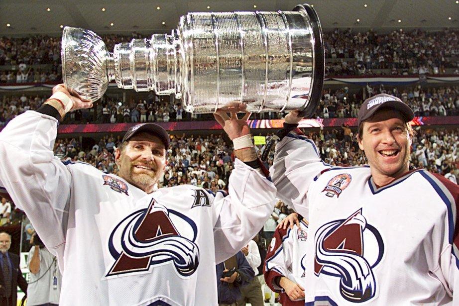 Raymond Bourque et Patrick Roy tiennent la Coupe Stanley gagnée par l'Avalanche du Colorado en 2001. (Photothèque Le Soleil)