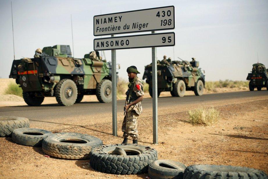 Des blindés de l'armée française roulent sur une... (PHOTO JEROME DELAY, ARCHIVES AP)