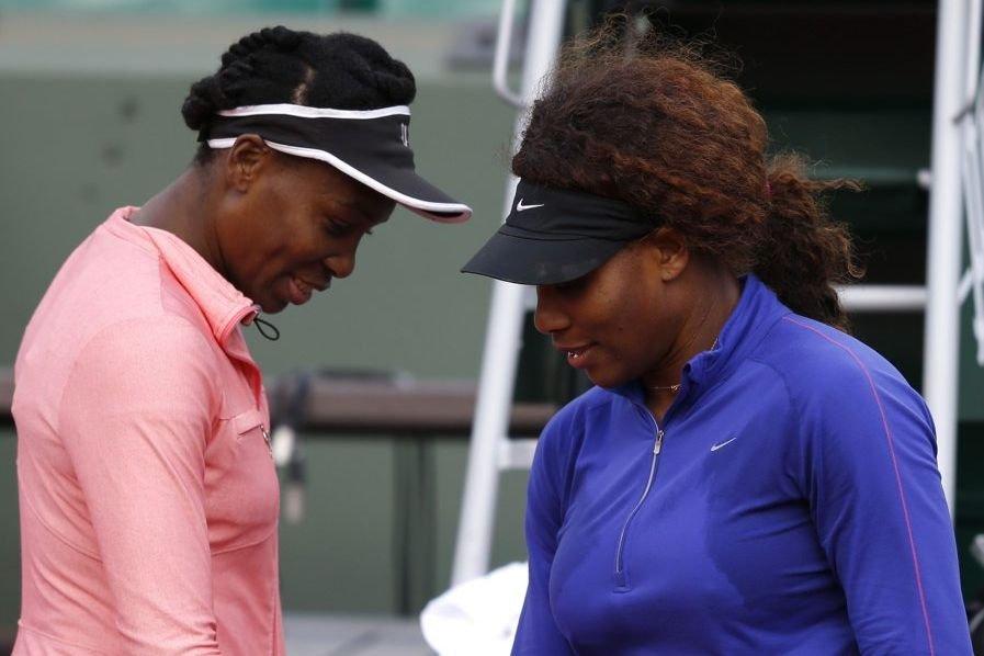 Venus et Serena Williams à l'entraînement à Paris.... (Photo Vincent Kessler, Reuters)