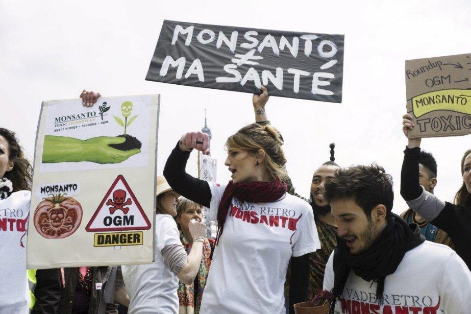 Des manifestants protestent contre Monsanto à Paris.... (Photo Fred Dufour, Agence France-Presse)