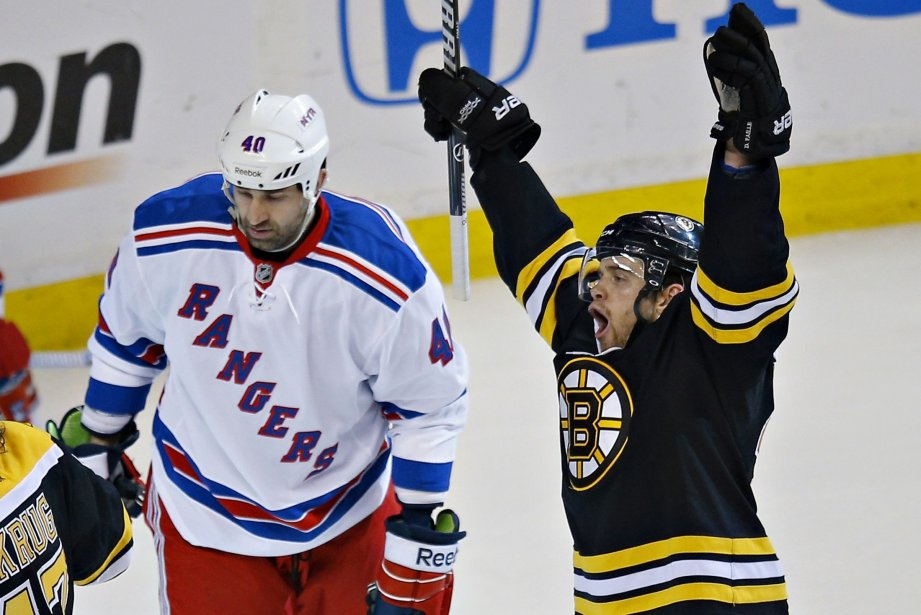 Daniel Paillé, des Bruins, festoie après un but... (Photo Brian Snyder, Reuters)