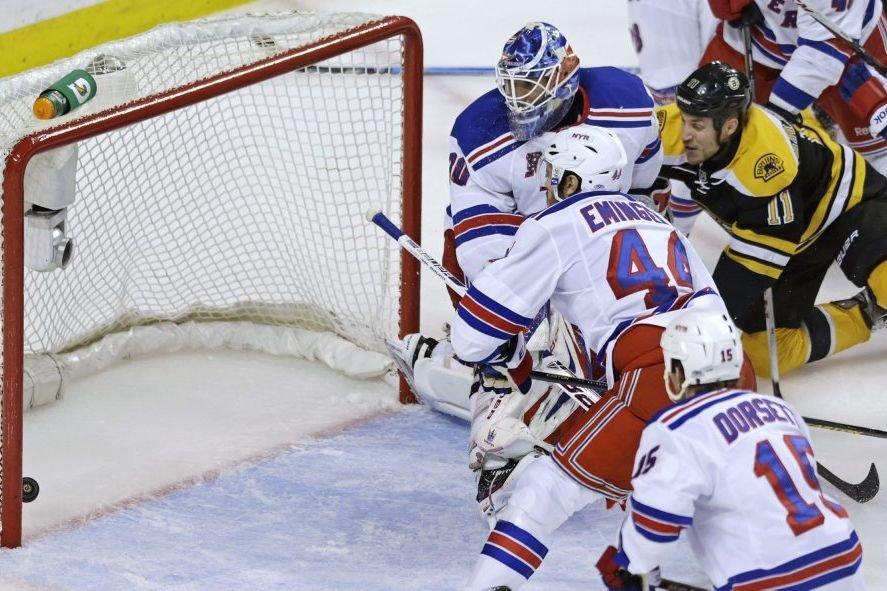 Le gardien des RangersHenrik Lundqvistregarde impuissant la rondelle... (Photo Brian Snyder, Reuters)