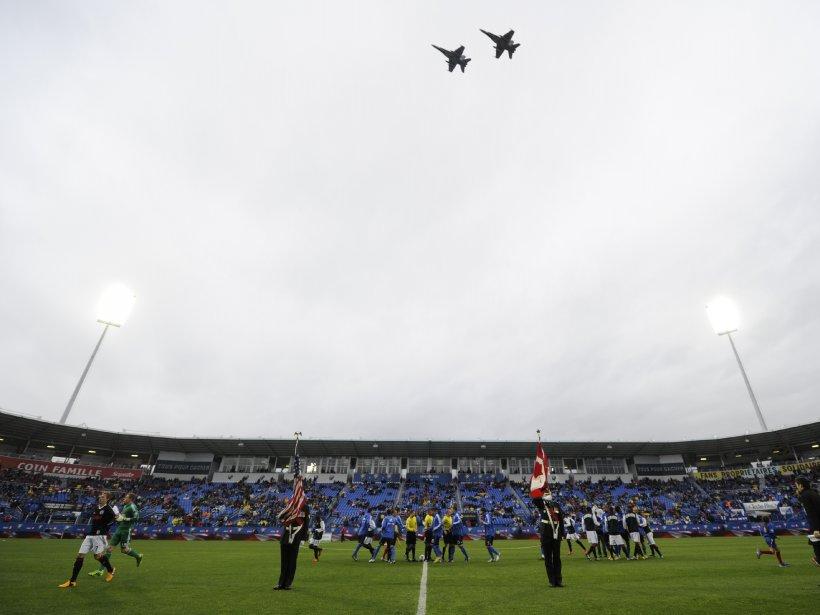 Deux chasseurs CF-18 de l'armée canadienne survolent le stade Saputo... | 2013-05-25 00:00:00.000
