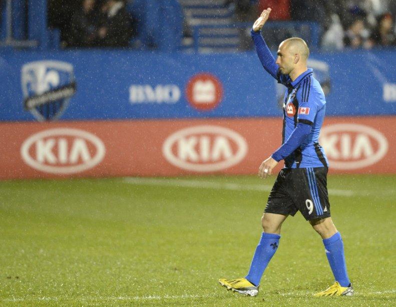Marco Di Vaio, le héros du match avec 3 buts, salue la foule qui a bravé la pluie pour assister à la rencontre. | 25 mai 2013