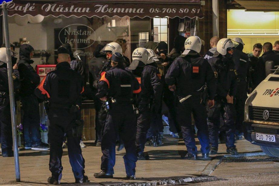Des émeutes ont frappé les banlieues de Stockholm... (Photo : Fredrik Persson, AP)
