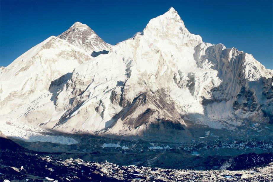 Deux voies principales permettent d'atteindre le sommet: l'arête sud-est par le...