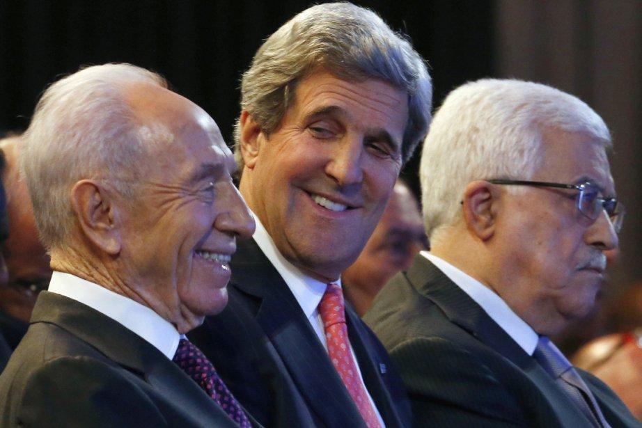 Le secrétaire d'État américain John Kerry est entouré... (PHOTO JIM YOUNG, AFP)