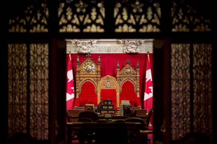 Les trônes du Sénat vus de l'entrée principale... (Photo: PC)