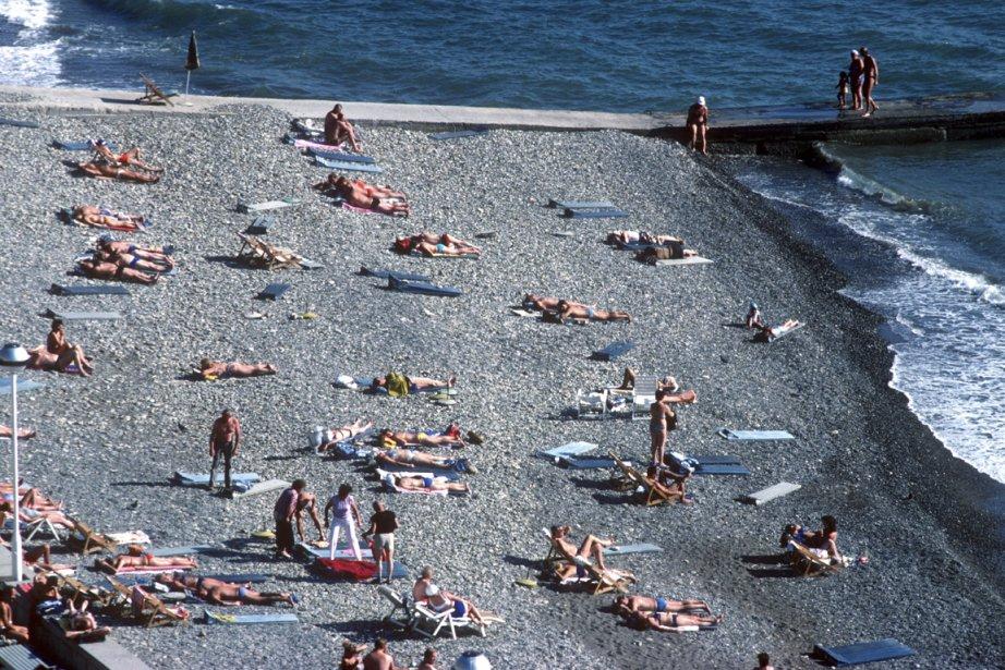 Malgré une plage formée de gros galets, la baignade dans la mer Noire est une expérience agréable. (PHOTO BERNARD BRAULT, LA PRESSE)