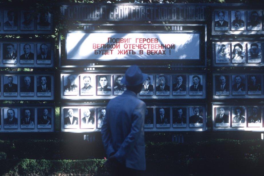 En 1987, il était possible de voir dans les rues des affiches de militaires soviétiques décorés. (PHOTO BERNARD BRAULT, LA PRESSE)