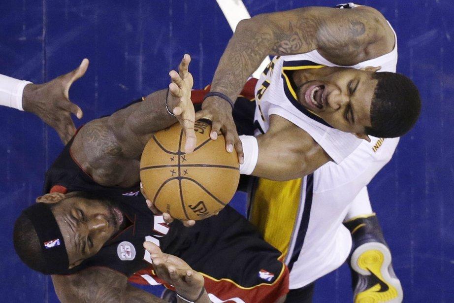 Paul George (à droite), des Pacers, prend un... (Photo Michael Conroy, AP)