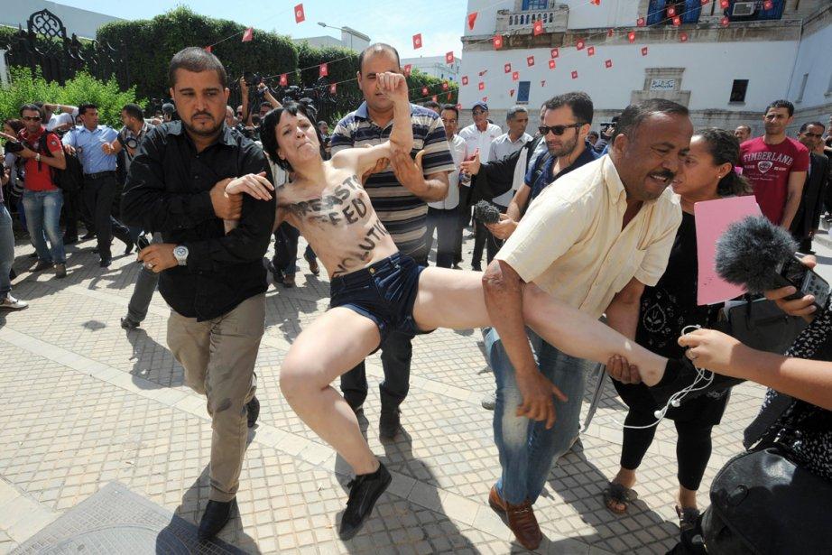 Trois membre des Femenont été interpellées sans ménagement... (PHOTO FETHI BELAID, AFP)