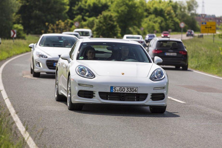 La première voiture hybride rechargeable de Porsche doit... (PHOTO FOURNIE PAR PORSCHE)