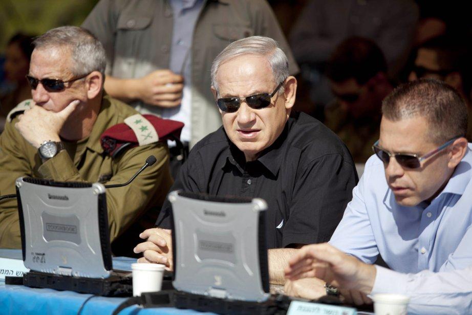 Le premier ministre Nétanyahou (au centre) a assisté... (PHOTO ABIR SULTAN, AFP)