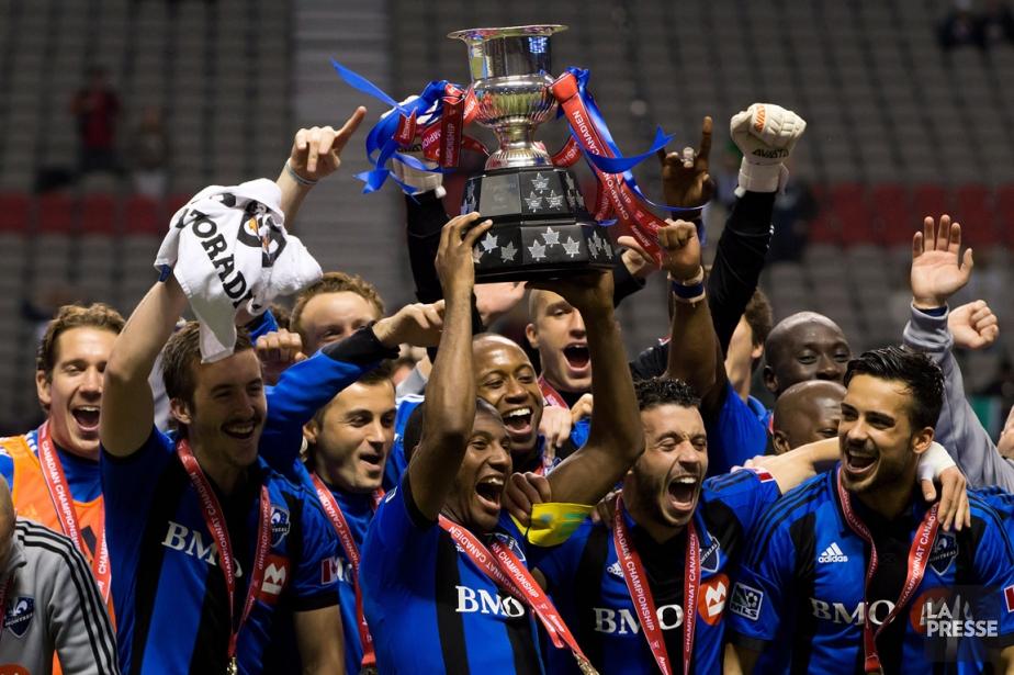 Les joueurs de l'Impact brandissent la Coupe des... (Photo Darryl Dyck, PC)
