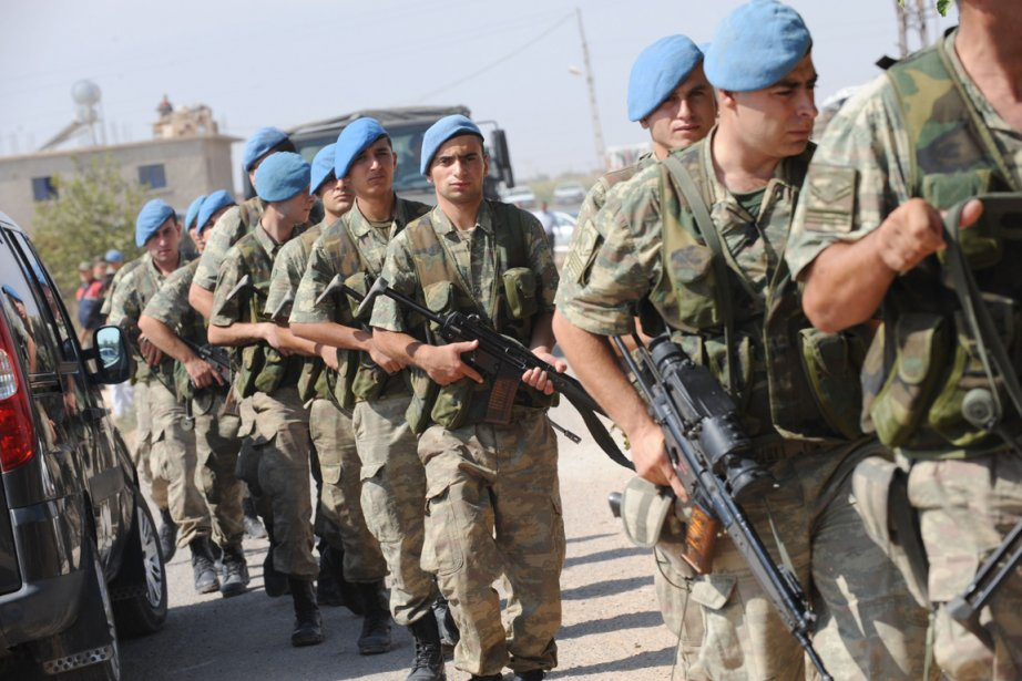 Des soldats turcs prennent position à la frontière... (PHOTO BULENT KILIC, ARCHIVES AFP)