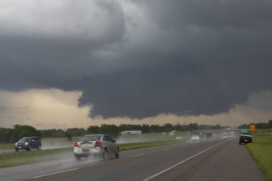 Des inondations subites et des tornades ont tué trois... (Photo Alonzo Adams, AP)