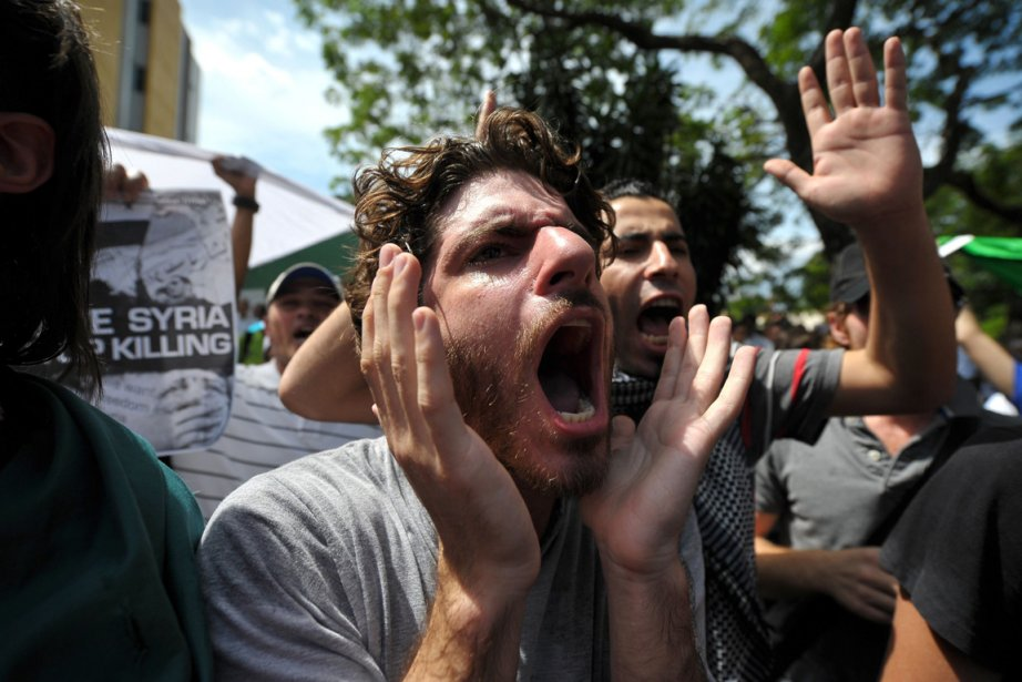 Des manifestants demandent à l'armée de cesser les... (PHOTO MOHD RASFAN, AFP)