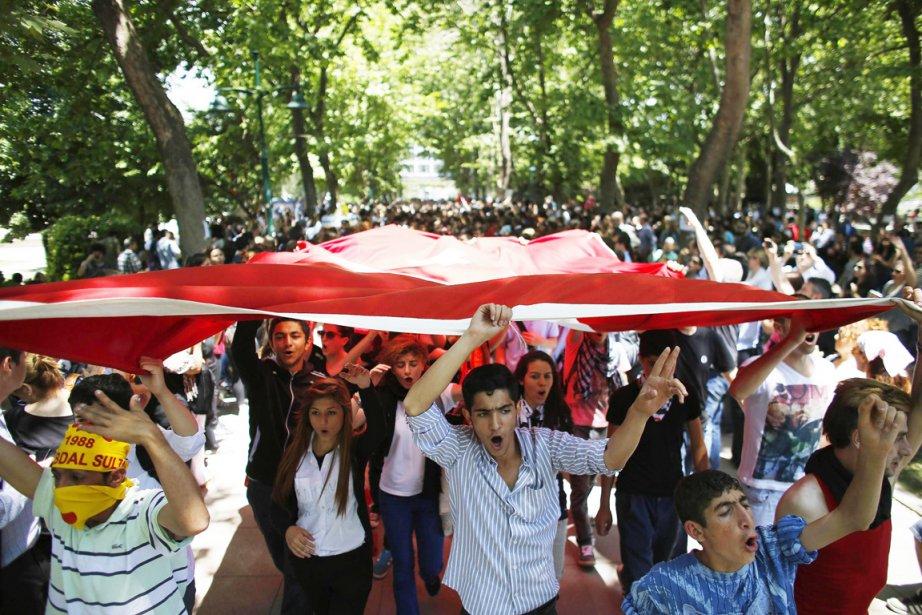 Pour une quatrième journée consécutive, les Turcs ont... (PHOTO STOYAN NENOV, REUTERS)