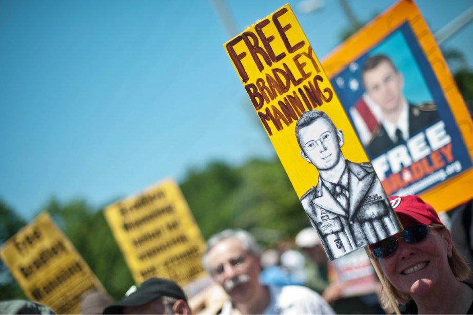 Les partisans de Manning, venus le soutenir par... (PHOTO NICHOLAS KAMM, AFP)