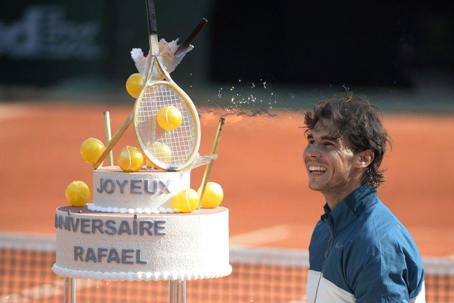 Rafael Nadal a reçu un énorme gâteau sur... (Photo Martin Bureau, AFP)