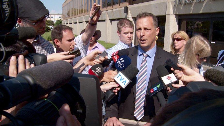 Le maire de Laval, Alexandre Duplessis, demandant la... (Photo La Presse Canadienne)