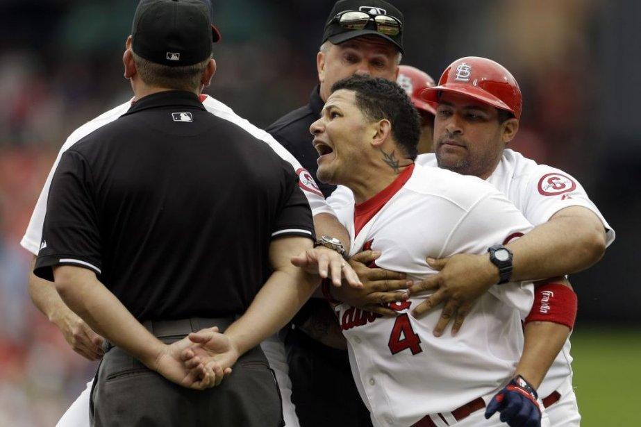 Yadier Molina est retenu par son frère, l'entraîneur... (Photo Jeff Roberson, Associated Press)