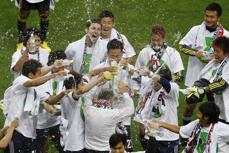 Les joueurs de l'équipe du Japon ont arrosé... (Photo Toru Hanai, Reuters)