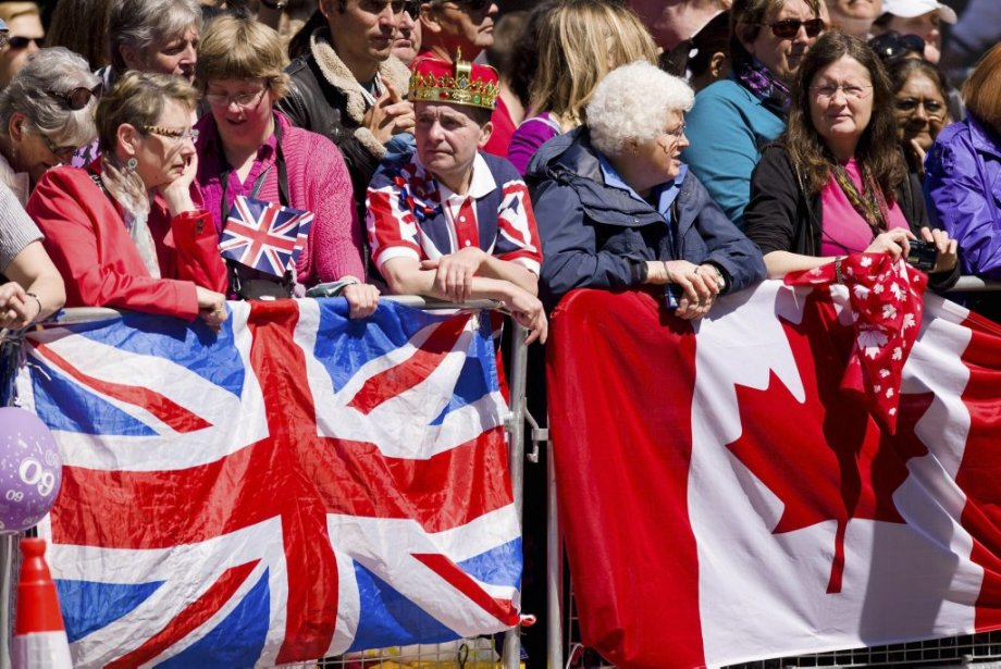 À son arrivée à l'abbaye, à bord d'une Bentley bordeaux, la reine a été acclamée par des milliers de badauds, sous un franc soleil. | 4 juin 2013