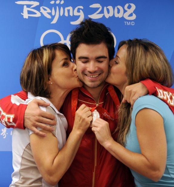 Sylvie Bernier et Annie Pelletier font la bise à Alexandre Despatie après qu'il eut remporté la médaille d'argent au 3 mètres des Jeux de Pékin, en 2008. | 4 juin 2013
