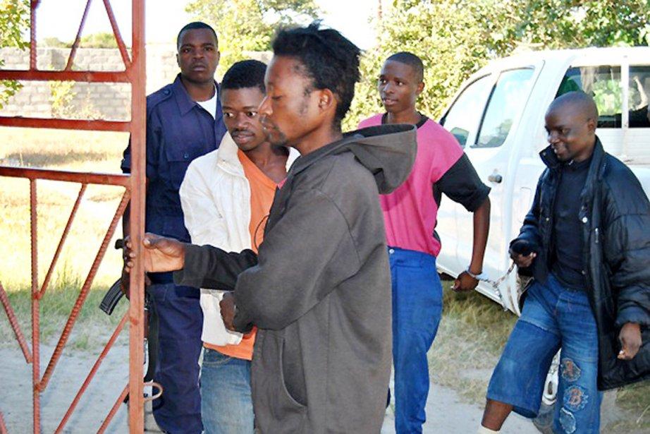 Philip Mubiana (au centre, chandail «kangourou» noir), un... (PHOTO AFP)