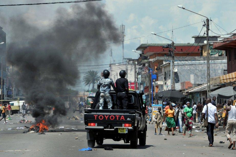 Des protestants ivoiriens dénoncent la fraude lors des... (PHOTO ISSOUF SANOGO, AFP)