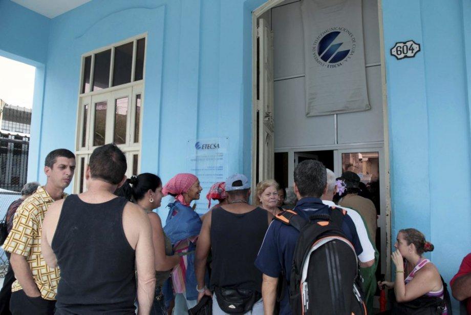 Des Cubains font la file devant une«salles de... (STR)