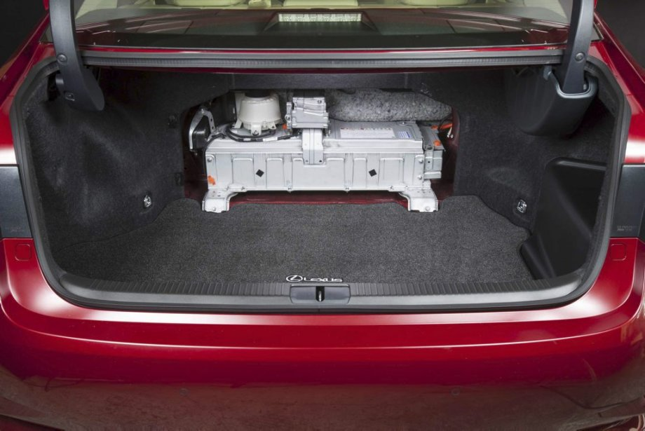 Coffre Lexus conserve la roue de secours (compact) et installe les principaux composants de son système hybride entre l'habitacle et le coffre. Conséquence, impossible de moduler l'espace en rabattant en tout ou en partie les dossiers de la banquette arrière. (PHOTO FOURNIE PAR LEXUS)