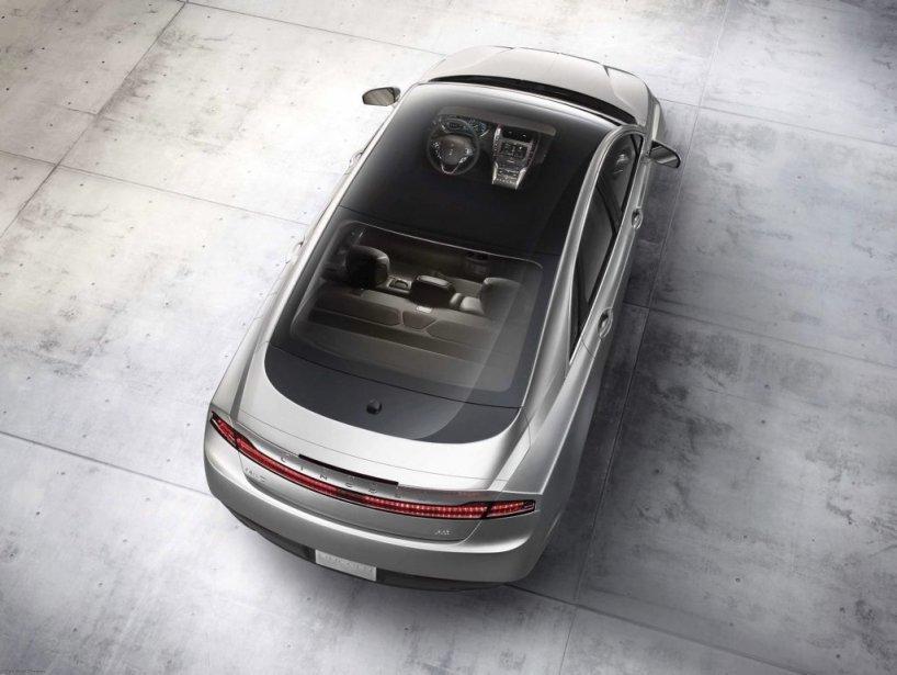 Toit Le toit panoramique de la MKZ s'ouvre, mais ce n'est pas le premier à offrir cette fonction. La paternité revient à Porsche qui, en 2005, a été le premier à proposer un tel dispositif qui permettait de le faire glisser sur la lunette. (PHOTO FOURNIE PAR LINCOLN)