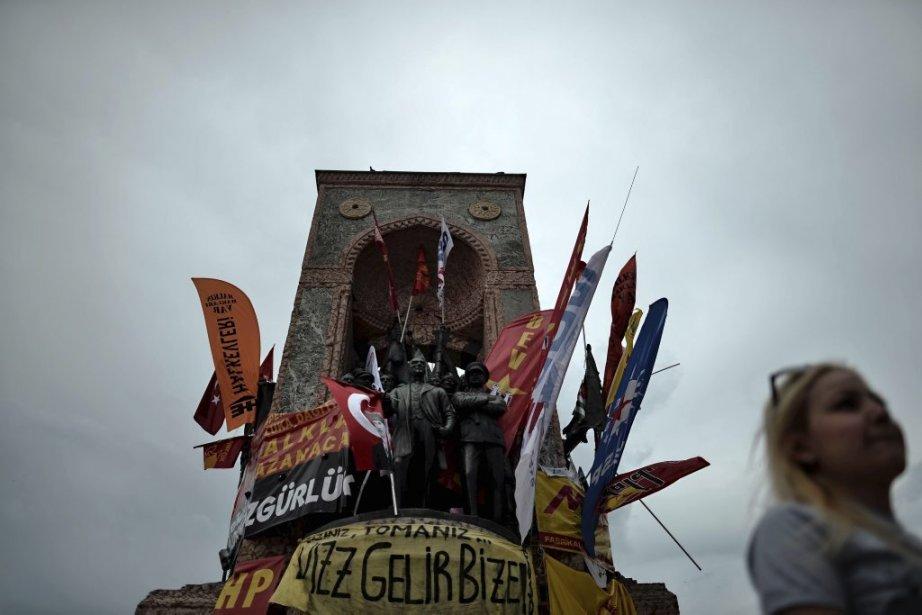 Bannières et drapeaux sur le monument en l'honneur du fondateur... | 2013-06-06 00:00:00.000