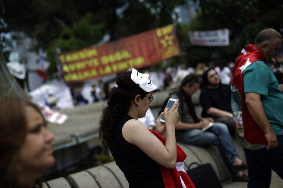 Les médias sociaux sont grandement utilisés comme source d'information depuis le début des manifestations. Une militante au parc Gezi près de la place Taksim à Istanbul. | 6 juin 2013