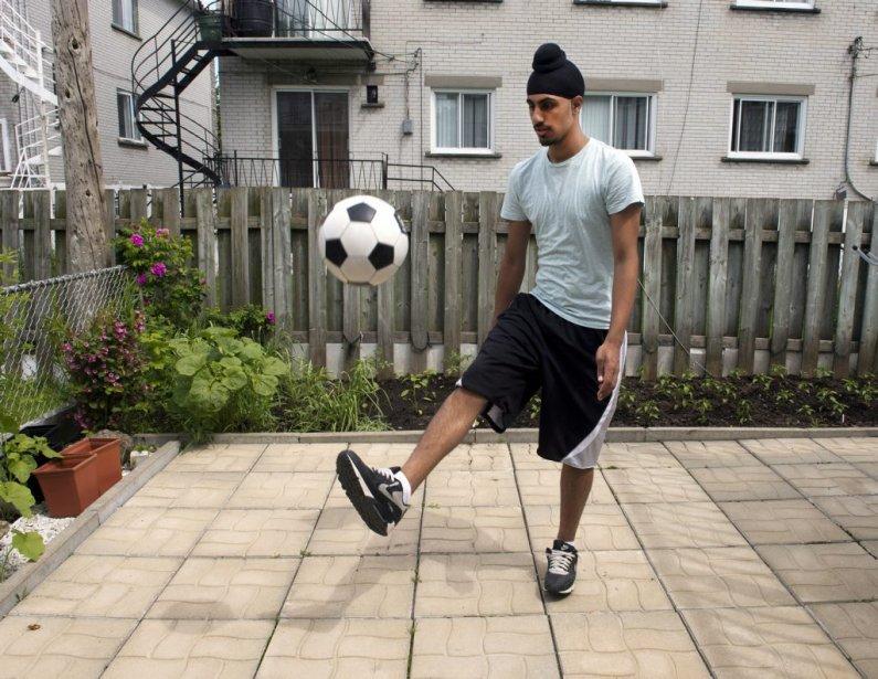 Aneel Samra jouant avec son ballon dans la... (La Presse canadienne)