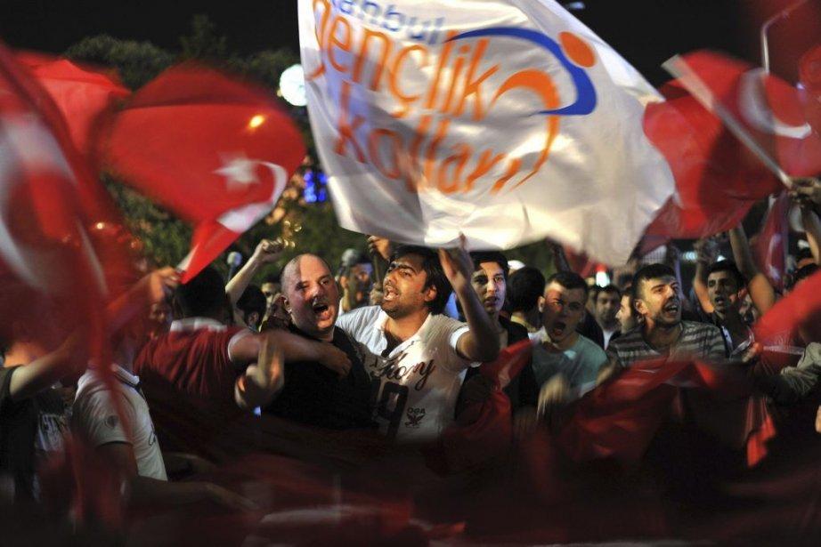 Plus de 3000 partisans du premier ministre turc... (Photo OZAN KOSE, AFP)