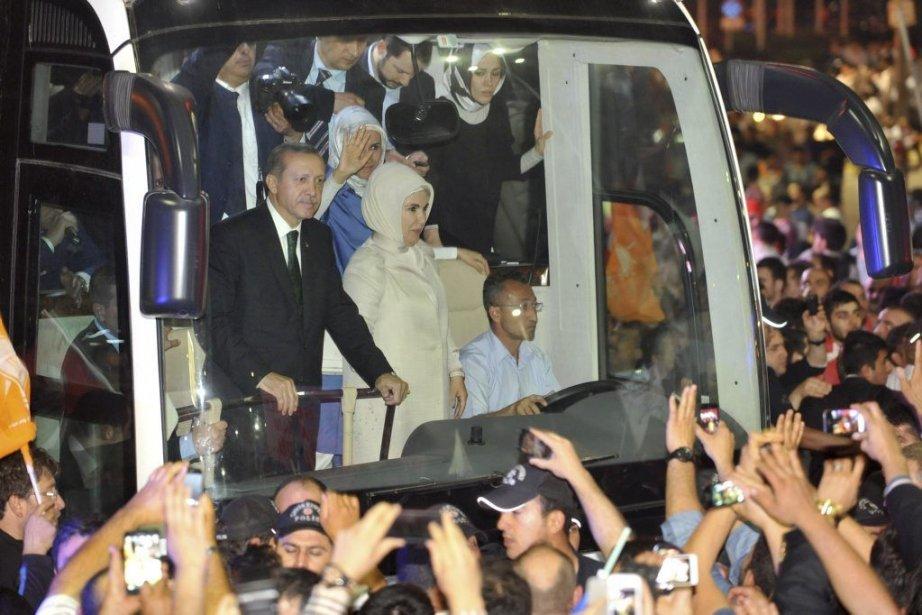 Le premier ministre Recep Tayyip Erdogan accueilli par... (Photo AFP)