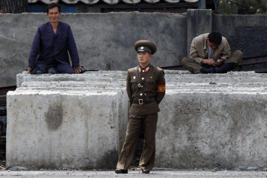 Un soldat nord-coréen monte la garde près de... (Photo Reuters)