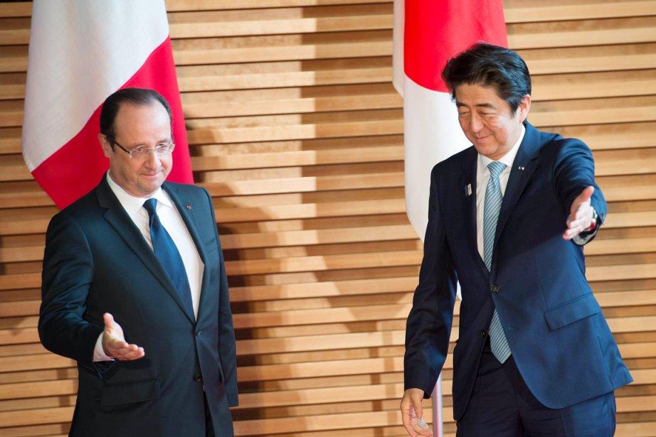 Le président français François Hollande (à gauche) est... (PHOTO BERTRAND LANGLOIS, AFP)