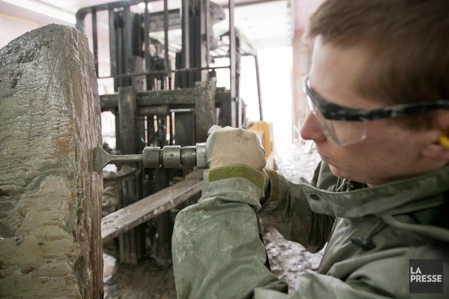 L'artisan Jimmy Thibault-Corbeil délite l'ardoise manuellement.... (PHOTO DAVID BOILY, LA PRESSE)