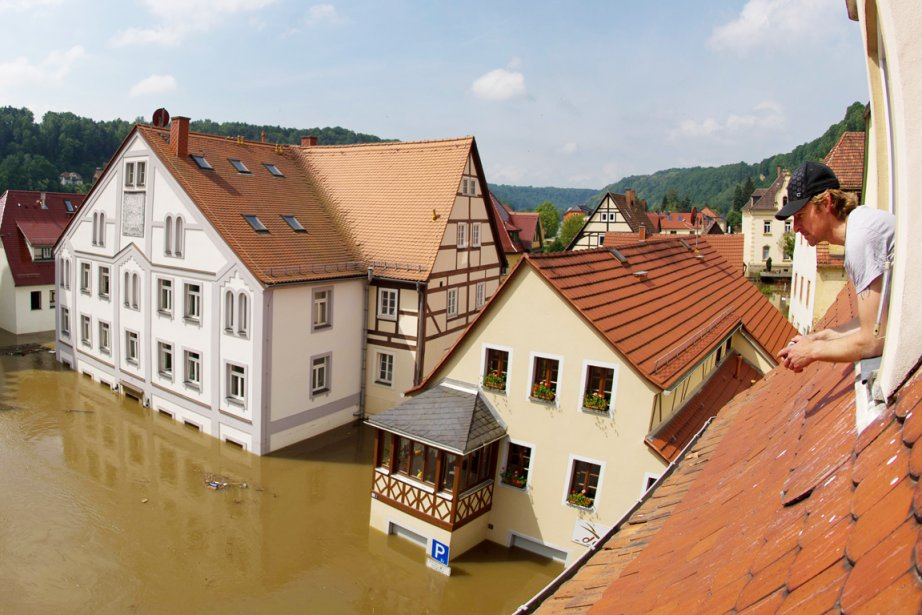 Les inondations historiques de 2002 «avaient coûté environ... (PHOTO ARNO BURGI, AFP)