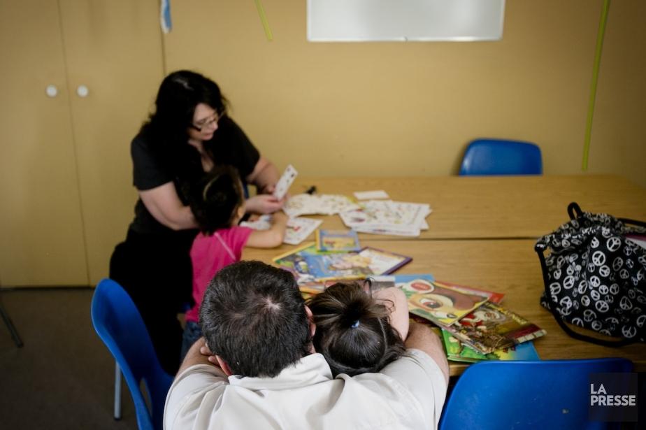 L'animatriceNathalie Sylvestre récompense les enfants par un autocollant... (PHOTO MARCO CAMPANOZZI, LA PRESSE)