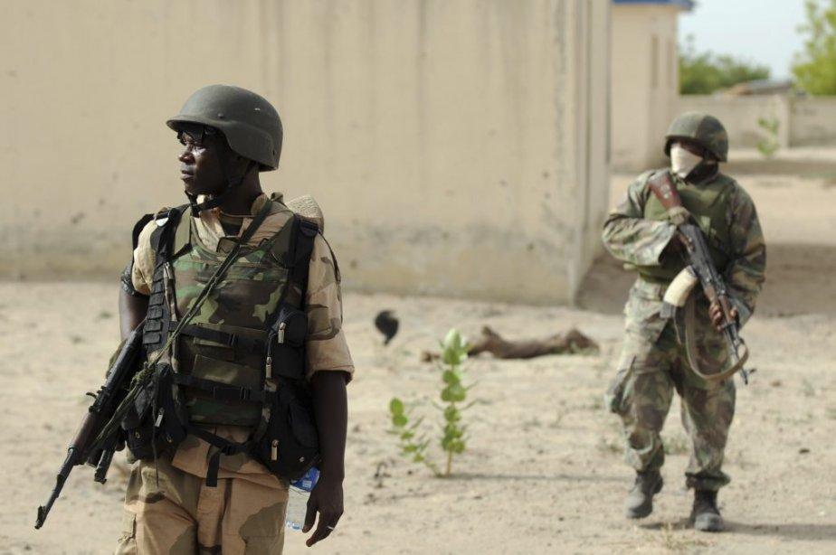 Des soldats nigériens patrouillent près d'un camp Boko... (Photo Quentin Leboucher, AFP)