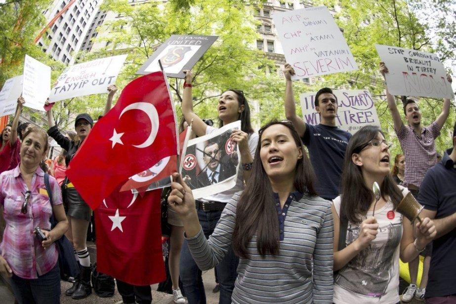 Des manifestants réunis au Parc Zuccotti en solidation... (PHOTO DON EMMERT, AFP)