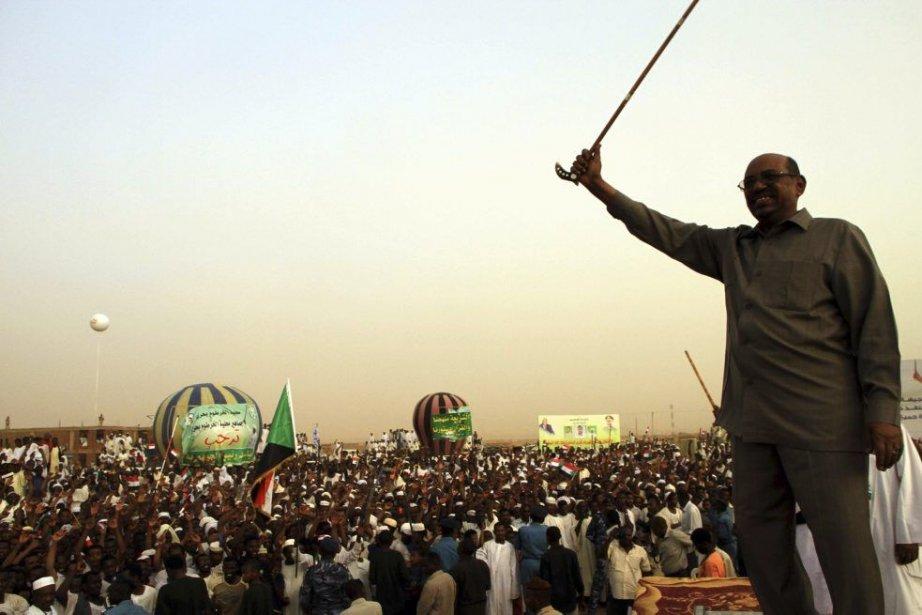 Le président soudanais Omar el-Béchir s'adresse à une... (PHOTO STRINGER, REUTERS)