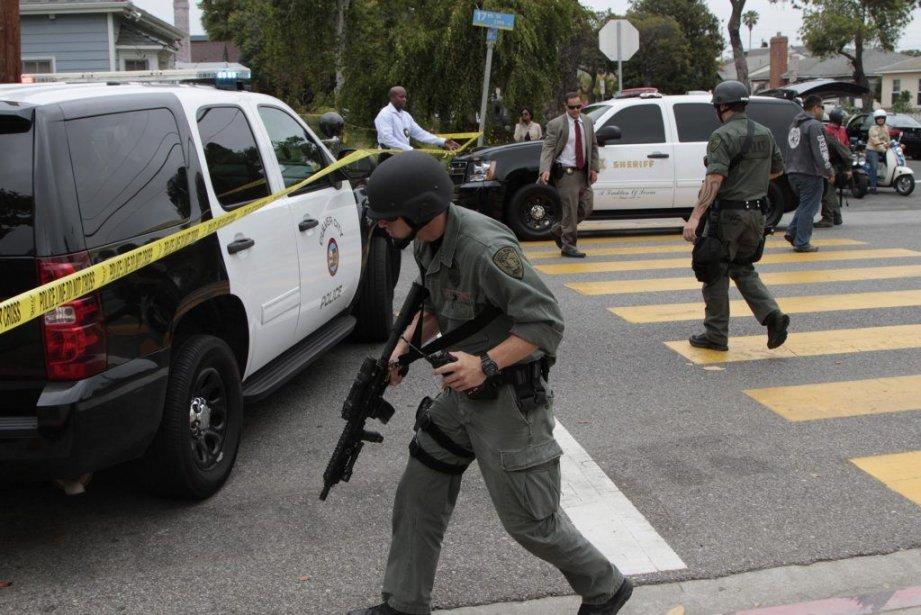 Un agent du SWAT près du campus du... (JONATHAN ALCORN)